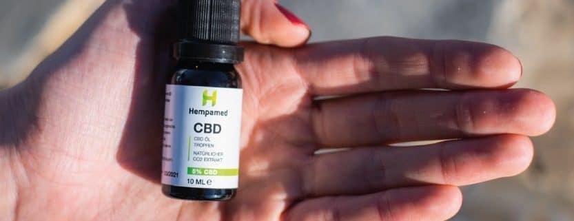 Eine Flasche Hempamed Premium CBD-Öl in einer Hand
